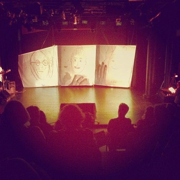 Das Foto wurde bei New Ohio Theatre von Andrea L. am 8/3/2013 aufgenommen