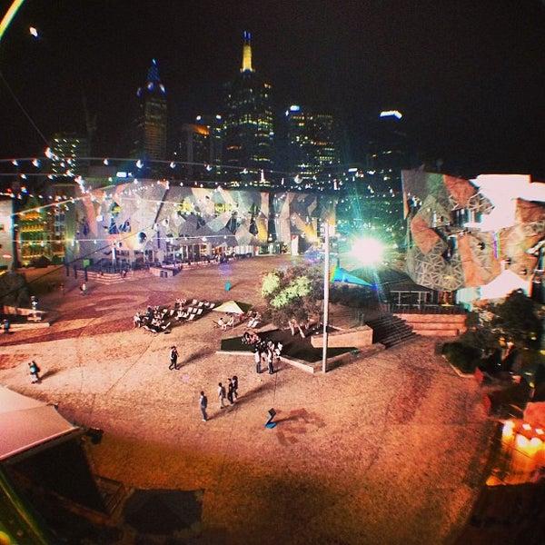 รูปภาพถ่ายที่ Federation Square โดย Kris V. เมื่อ 2/22/2013