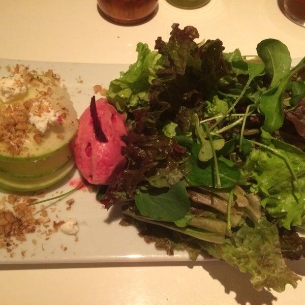 Tudo parece gostoso. A salada de folhas com maçã verde, queijo de cabra e sorbet de beterraba é ótima para dias quentes. Ponto positivo por ter versões vegetarianas e meia porção nos pratos principais