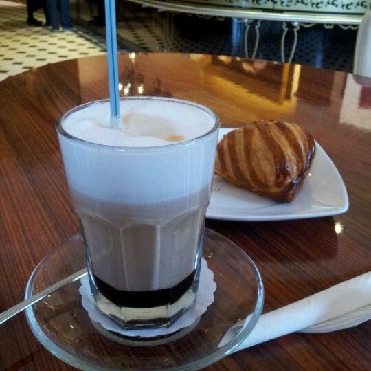 Снимок сделан в Круассан-кафе пользователем Ульяна К. 10/2/2012