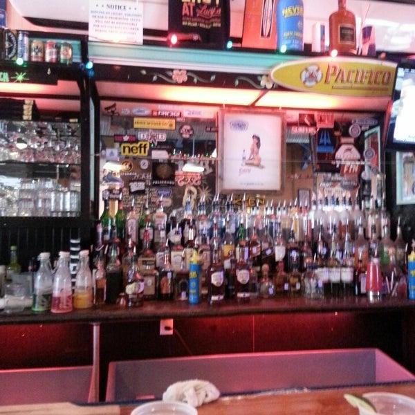 Foto diambil di Lucy's Retired Surfers Bar and Restaurant oleh George pada 3/9/2013