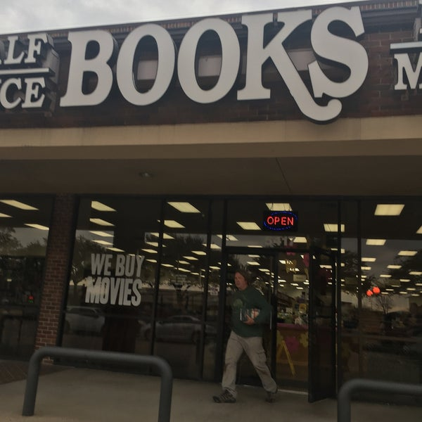 Foto tirada no(a) Half Price Books por David R. em 2/19/2018