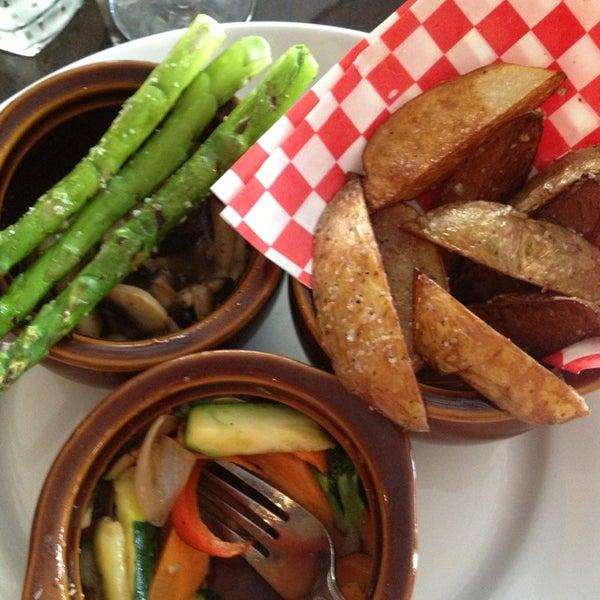 รูปภาพถ่ายที่ Brownstone Kitchen & Bar โดย Sara J. เมื่อ 8/3/2013