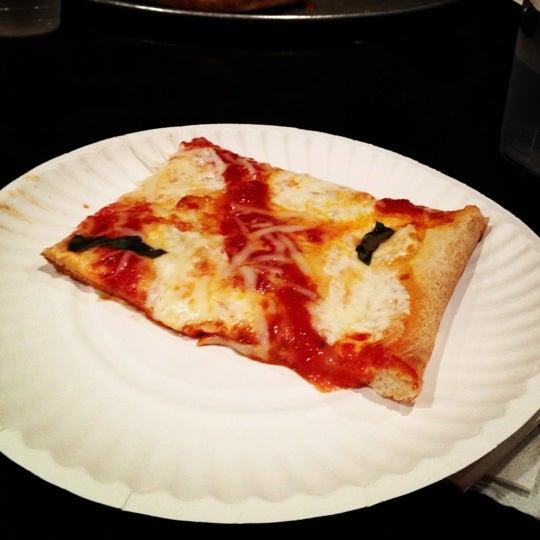 Foto tirada no(a) Nonna's L.E.S. Pizzeria por Justin K. em 9/22/2012