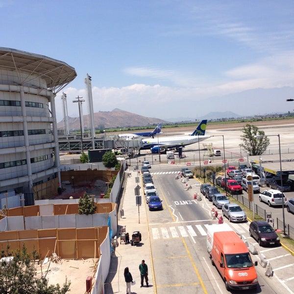 Foto tirada no(a) Aeropuerto Internacional Comodoro Arturo Merino Benítez (SCL) por Roberto A. em 11/24/2013