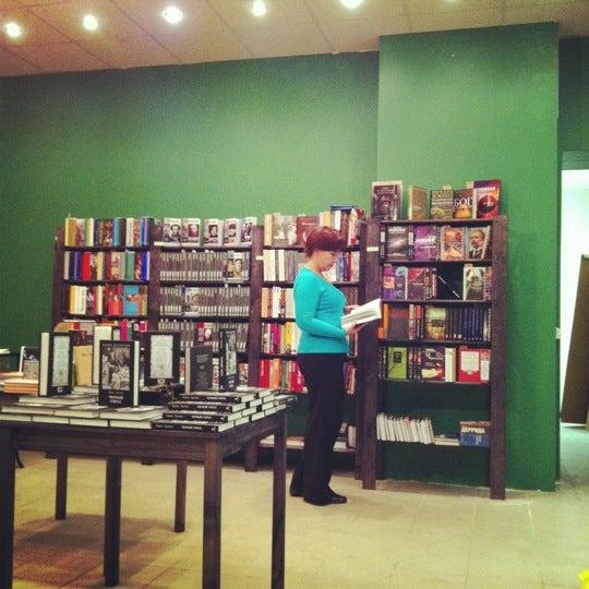 Foto tirada no(a) Свои Книги por Саша Я. em 11/21/2012