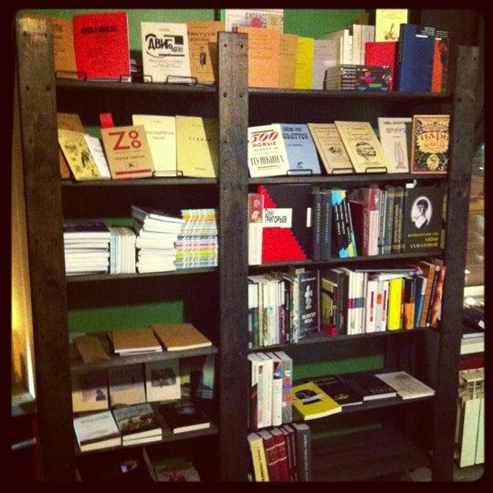Foto tirada no(a) Свои Книги por Саша Я. em 11/18/2012