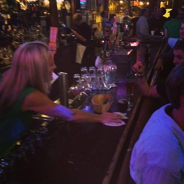 6/21/2013 tarihinde Matt M.ziyaretçi tarafından Four Farthings Tavern & Grill'de çekilen fotoğraf