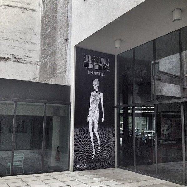 Foto tirada no(a) MoMu - ModeMuseum Antwerpen por David em 6/20/2013
