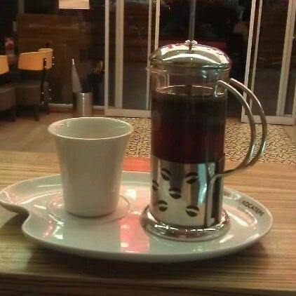 Filtre kahvelerimiz çekirdek olarak gelip kendi değirmenlerimizde çekilerek sipariş anında french press ile servis edilmektedir.