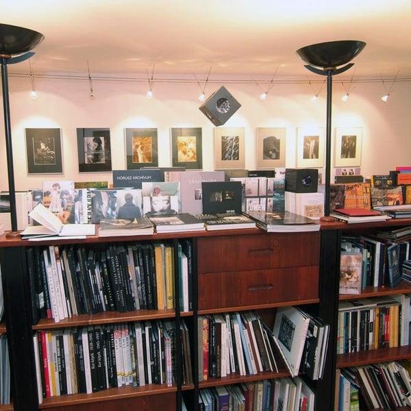 รูปภาพถ่ายที่ Mai Manó Gallery and Bookshop โดย Mai Manó Gallery and Bookshop เมื่อ 10/16/2013