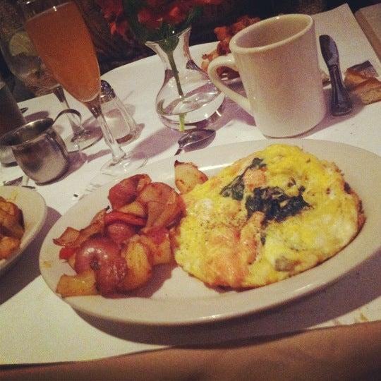 Das Foto wurde bei Lasagna Restaurant von dal am 11/10/2012 aufgenommen