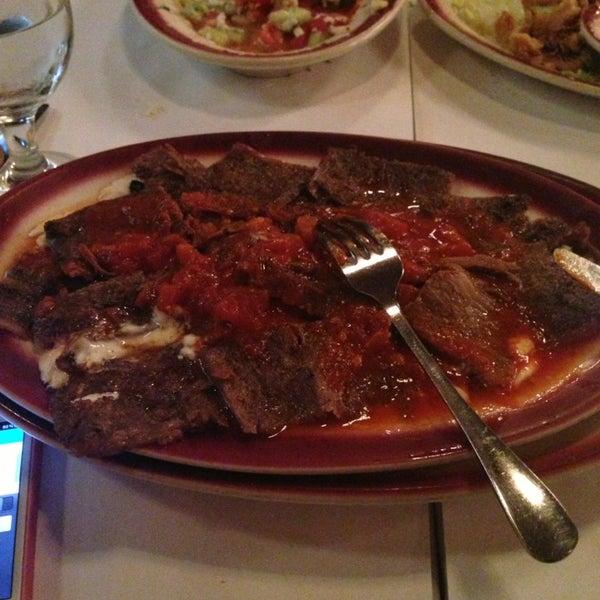 Das Foto wurde bei Taci's Beyti Restaurant von Gokce E. am 4/24/2013 aufgenommen