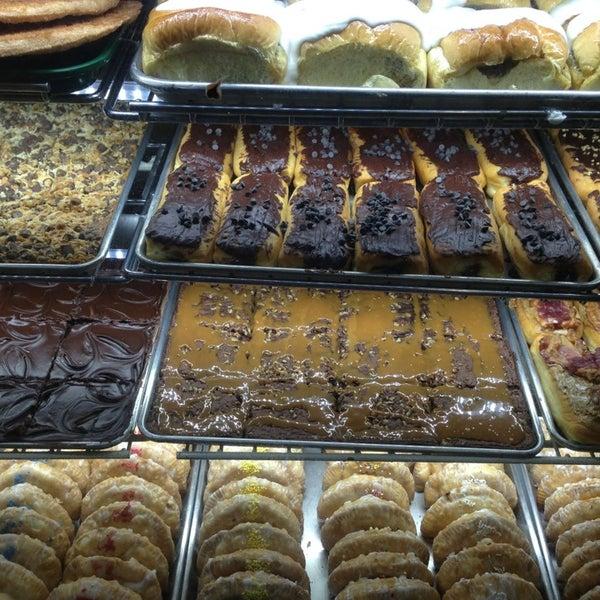 รูปภาพถ่ายที่ Cops & Doughnuts Bakery โดย Kay D. เมื่อ 8/6/2013