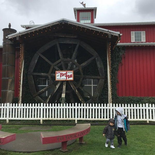 รูปภาพถ่ายที่ Bob's Red Mill Whole Grain Store โดย Eva T. เมื่อ 3/27/2018