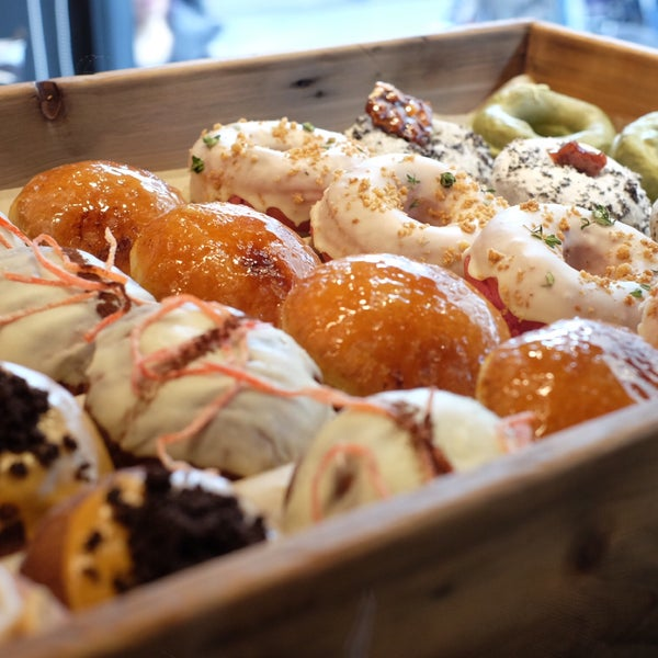 Foto diambil di Crosstown Doughnuts & Coffee oleh Harold L. pada 12/3/2016