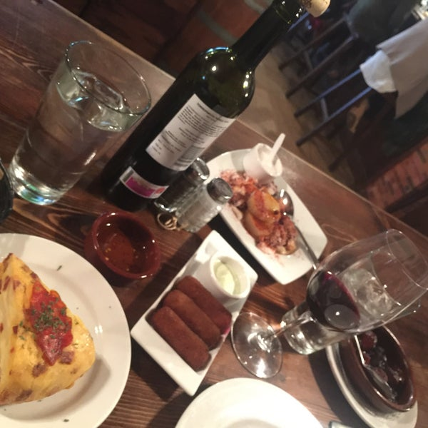 Photo prise au El Carajo Tapas and Wine par Indira G. le2/7/2016