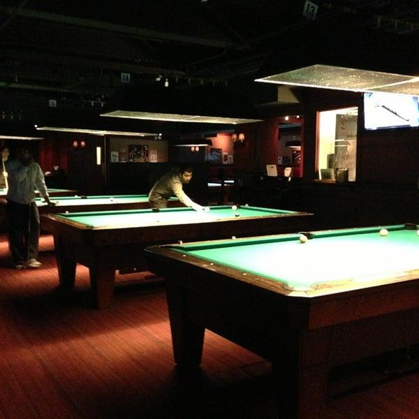 Foto tomada en Society Billiards + Bar por Angela H. el 2/17/2013
