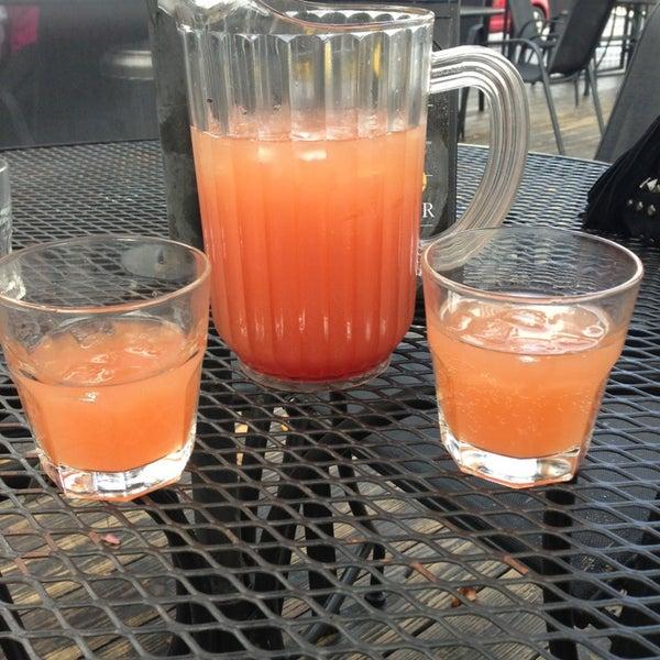 Das Foto wurde bei Royal Oak Bar and Grill von Sidney B. am 1/13/2013 aufgenommen