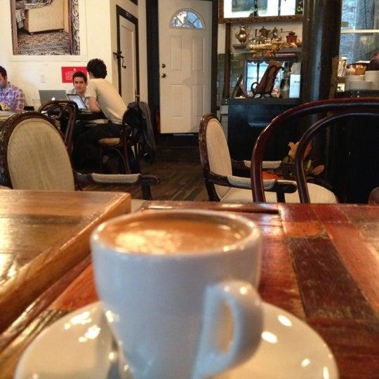 Das Foto wurde bei Lenox Coffee von Neel T. am 10/26/2012 aufgenommen
