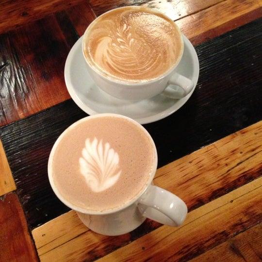 Das Foto wurde bei Lenox Coffee von Neel T. am 12/5/2012 aufgenommen