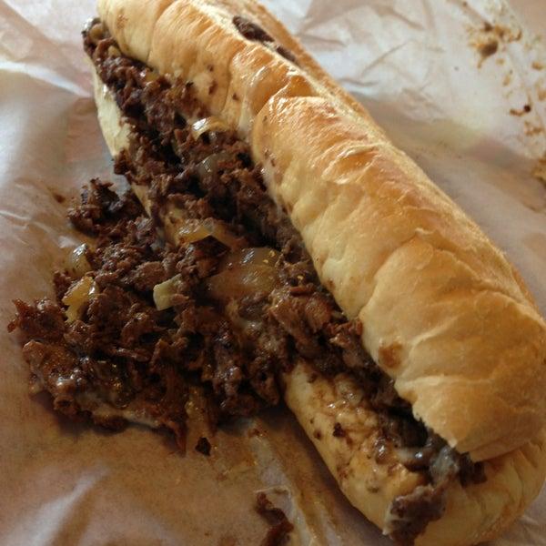 Foto scattata a Woody's Famous CheeseSteaks da Mohsin il 12/27/2012