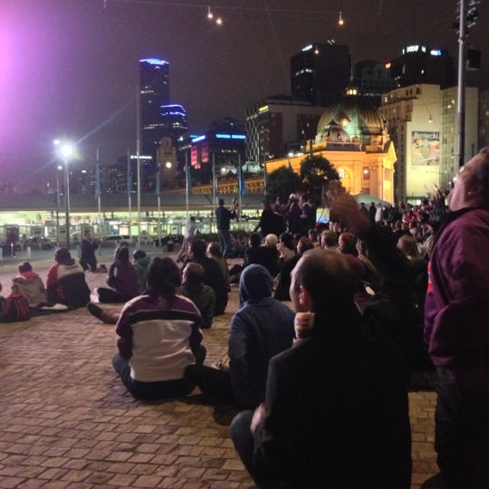 รูปภาพถ่ายที่ Federation Square โดย Ben C. เมื่อ 9/30/2012