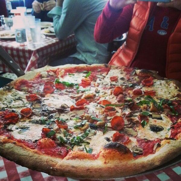 Das Foto wurde bei Lombardi's Coal Oven Pizza von Monica am 4/13/2013 aufgenommen