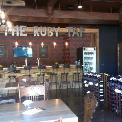 9/15/2012 tarihinde Connie K.ziyaretçi tarafından The Ruby Tap'de çekilen fotoğraf