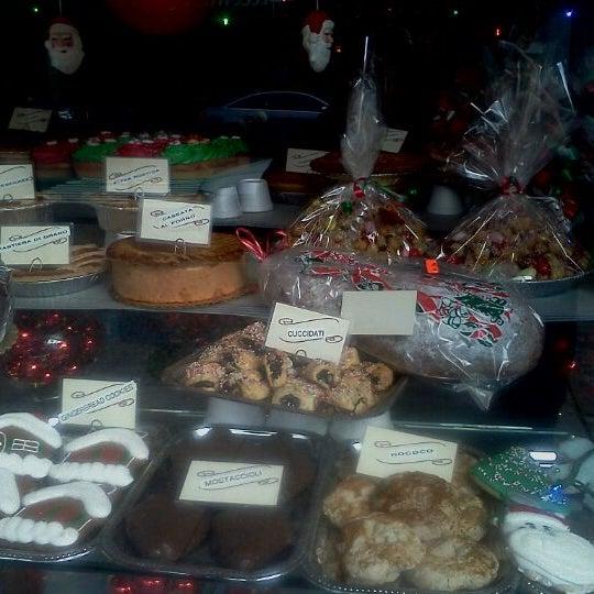 Foto tomada en LaGuli Pastry Shop por Michael G. el 12/23/2011