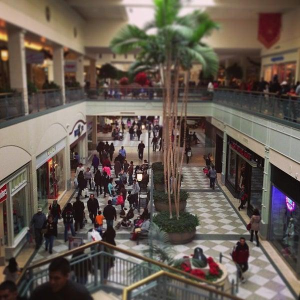 Foto tomada en Hillsdale Shopping Center por Tim O. el 12/23/2012