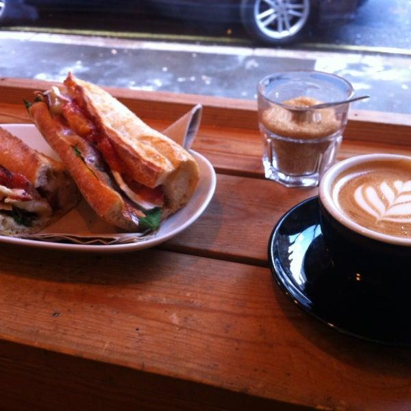 3/16/2013 tarihinde Konstantinos P.ziyaretçi tarafından Kaffeine'de çekilen fotoğraf