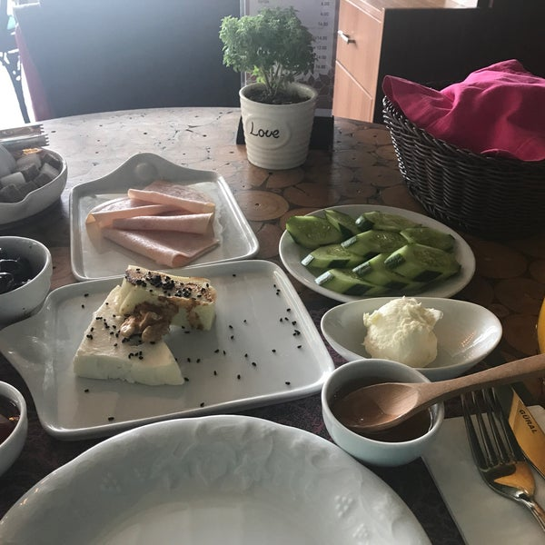 Harika bir kahvaltı. Seçimleri kendi zevkinize göre listeden seçerek yapıyorsunuz. Kendi kahvaltını istediğiniz gibi yaratıp nazik servisin keyfini çıkarabilirsiniz. Bu leziz yer çok şey vadediyor.