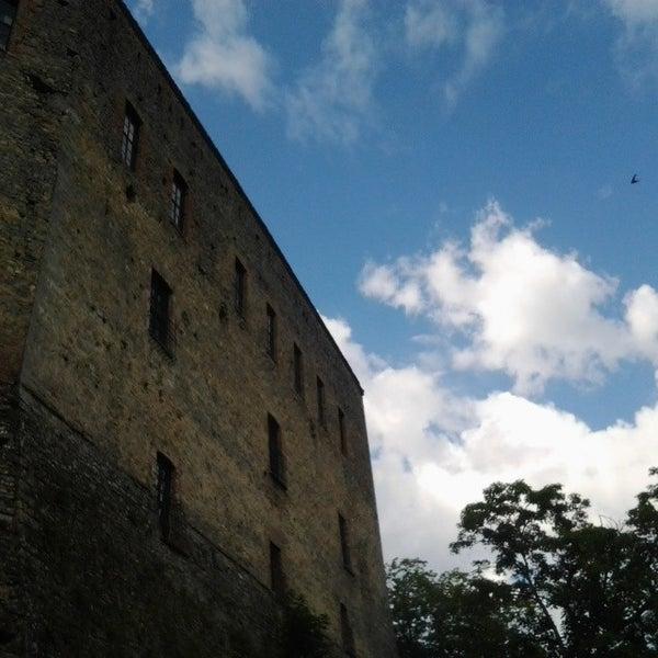 Das Foto wurde bei Castello di Zavattarello von Castello DalVerme D. am 6/14/2014 aufgenommen