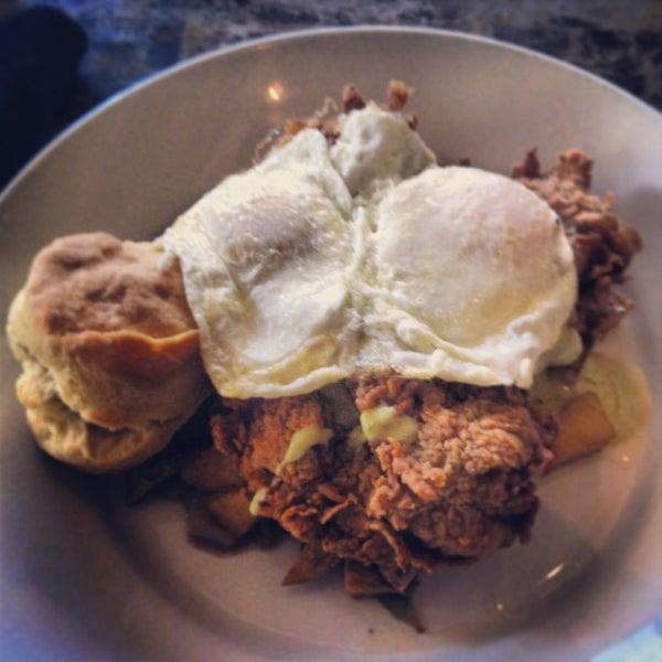 รูปภาพถ่ายที่ Brownstone Kitchen & Bar โดย Funkytown F. เมื่อ 1/6/2013