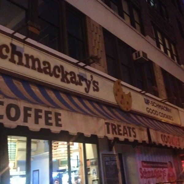 รูปภาพถ่ายที่ Schmackary's โดย Alicia P. เมื่อ 10/7/2013
