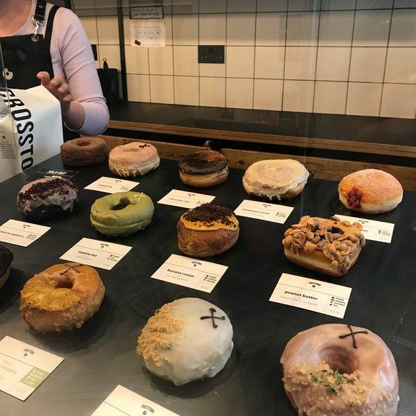 Foto diambil di Crosstown Doughnuts & Coffee oleh Atheer pada 8/16/2018