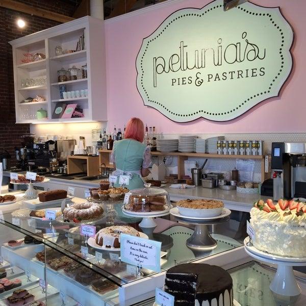 Foto tomada en Petunia's Pies & Pastries por Nicole H. el 3/20/2014
