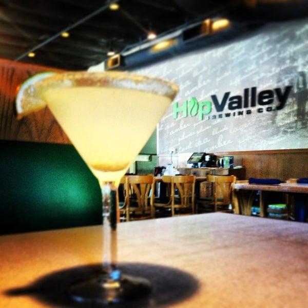 รูปภาพถ่ายที่ Hop Valley Brewing Co. โดย Heather T. เมื่อ 7/12/2013