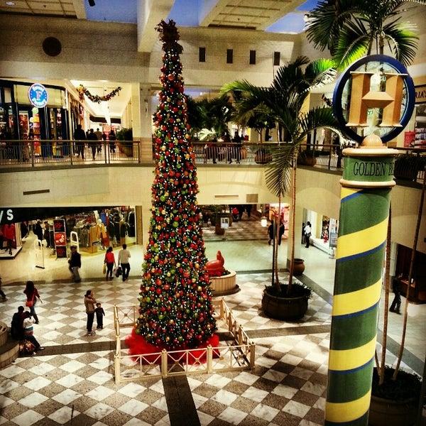 Foto tomada en Hillsdale Shopping Center por Ramya S. el 12/28/2012