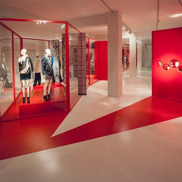 Foto tirada no(a) MoMu - ModeMuseum Antwerpen por MoMu - ModeMuseum Antwerpen em 11/10/2014