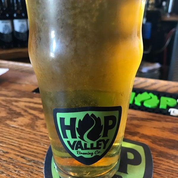 รูปภาพถ่ายที่ Hop Valley Brewing Co. โดย Shaun M. เมื่อ 10/24/2018