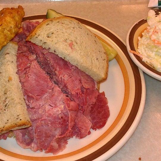 Foto diambil di Manny's Cafeteria & Delicatessen oleh Laura L. pada 3/16/2013