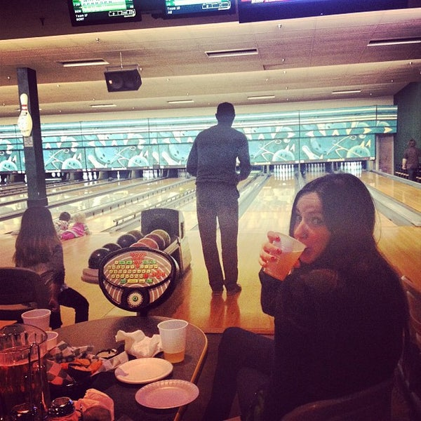 รูปภาพถ่ายที่ Park Tavern Bowling & Entertainment โดย Jalisa เมื่อ 12/30/2012