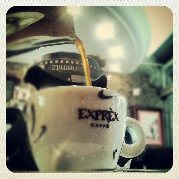 รูปภาพถ่ายที่ Exprèx Caffè โดย Rubens N. เมื่อ 10/30/2012