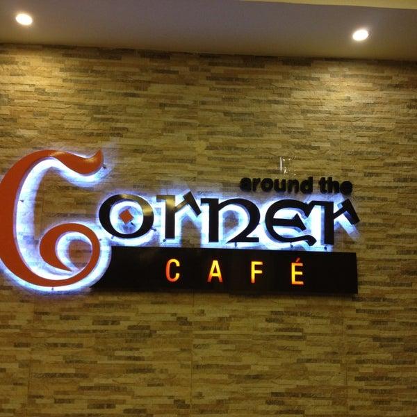 Foto scattata a Around The Corner Cafe da Samaa il 1/26/2013