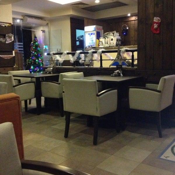 Foto scattata a Around The Corner Cafe da Samaa il 12/26/2012