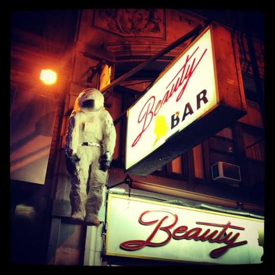 Foto scattata a Beauty Bar da Omri S. Quire il 10/6/2012