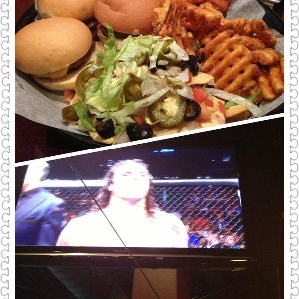 9/1/2013에 Elizabeth M.님이 Two Stooges Sports Bar & Grill에서 찍은 사진