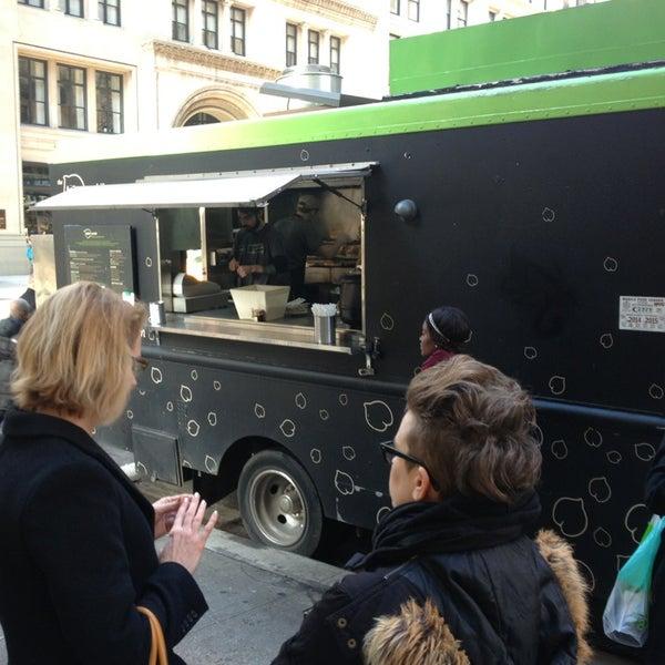 12/18/2012 tarihinde Andy F.ziyaretçi tarafından Taïm Mobile Falafel & Smoothie Truck'de çekilen fotoğraf